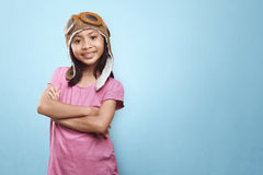 Glimlachend Aziatisch meisje met vliegeniershoed en beschermende brillen die fu hebben Stock Foto's