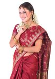Glimlachend Aziatisch meisje in zijde Sari royalty-vrije stock afbeelding