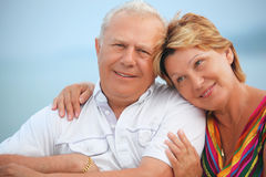 Glimlachend bejaard paar op veranda dichtbij zeekust royalty-vrije stock afbeeldingen
