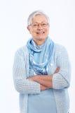 Glimlachend bejaarde gekruiste dame bevindende wapens Royalty-vrije Stock Foto's