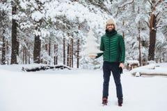 Glimlachend blij midden oud mannetje met stoppelveld, houdt de witte winter de kunstmatige spar, Zaterdag ochtend in de winterbos stock foto's