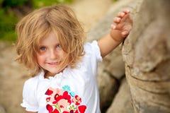 Glimlachend blond meisje stock foto's