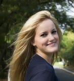 Glimlachend blonde meisje royalty-vrije stock afbeelding