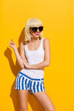Glimlachend blondemeisje in zwarte zonnebril Stock Foto