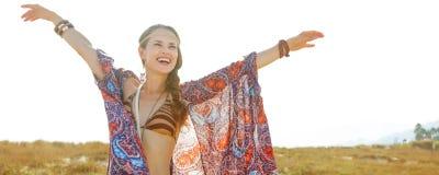Glimlachend Boheems meisje in openlucht in zich de zomeravond het verheugen royalty-vrije stock foto