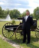 Glimlachend bruidegom en vervoer Royalty-vrije Stock Foto's