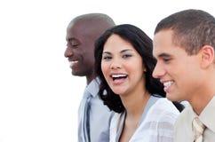 Glimlachend commercieel team dat in het bureau werkt Stock Afbeeldingen