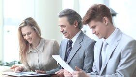 Glimlachend commercieel team die financiële gegevens controleren Foto met exemplaarruimte royalty-vrije stock afbeelding