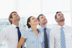 Glimlachend commercieel team die omhoog kijken Stock Afbeeldingen