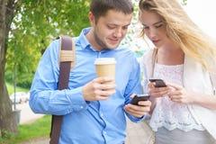 Glimlachend commercieel team met smartphonesatoutdoor Stock Foto