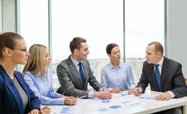 Glimlachend commercieel team op vergadering Stock Foto's