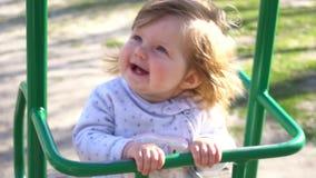 Glimlachend cutie aanbiddelijk babymeisje op schommeling stock footage