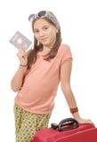 Glimlachend die meisje met reiszak, paspoort over wit wordt geïsoleerd Stock Foto