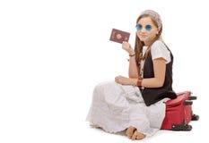 Glimlachend die meisje met reiszak, paspoort over wit wordt geïsoleerd Stock Fotografie