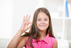 Glimlachend doof meisje die gebarentaal gebruiken royalty-vrije stock afbeeldingen