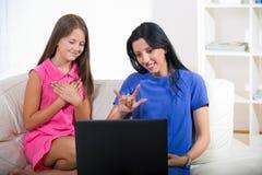 Glimlachend doof vrouw en kind die gebruikend gebarentaal spreken royalty-vrije stock afbeelding