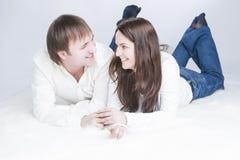 Glimlachend en Lachend Kaukasisch Paar die Tijd hebben samen stock foto's