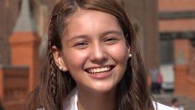 Glimlachend en Opgewekt Tienermeisje stock videobeelden