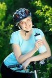 Glimlachend fietsermeisje Royalty-vrije Stock Afbeelding
