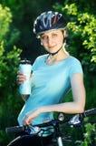 Glimlachend fietsermeisje Stock Afbeeldingen