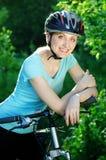 Glimlachend fietsermeisje Stock Foto's