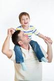 Glimlachend geïsoleerde schouders van de papa van de jong geitjejongen de berijdende royalty-vrije stock foto's