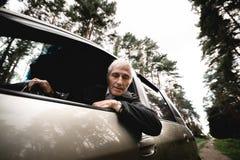 Glimlachend gelukkig bejaarde en zijn nieuwe auto royalty-vrije stock foto's