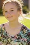 Glimlachend gelukkig jong meisje Stock Afbeeldingen