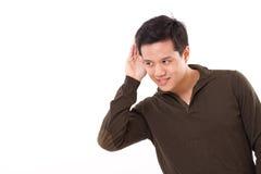 Glimlachend, gelukkige mens die aan goed nieuws, studioschot luisteren Stock Foto