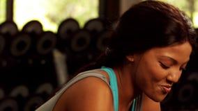 Glimlachend geschikt vrouwen drinkwater stock footage