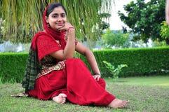 Glimlachend Indisch meisje Royalty-vrije Stock Foto's