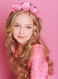 Glimlachend jong geitjemeisje op roze Royalty-vrije Stock Fotografie