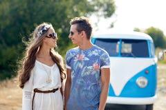 Glimlachend jong hippiepaar over minivan auto Stock Foto's