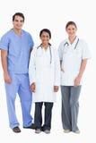 Glimlachend jong medisch personeel dat zich verenigt Stock Afbeelding