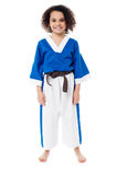 Glimlachend jong meisje in eenvormige karate stock afbeeldingen