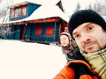 Glimlachend jong paar die de pret in openlucht winter hebben royalty-vrije stock foto's
