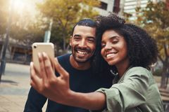 glimlachend jong paar die selfie in stadspark nemen royalty-vrije stock foto's