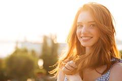 Glimlachend jong roodharigemeisje met lang haar stock foto's