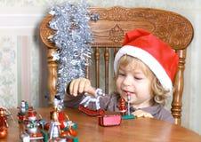 Glimlachend kind in de hoed van de Kerstman Royalty-vrije Stock Afbeeldingen