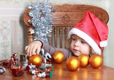 Glimlachend kind in de hoed van de Kerstman Royalty-vrije Stock Fotografie
