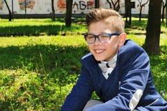 Glimlachend kind in de voorgrond Royalty-vrije Stock Fotografie
