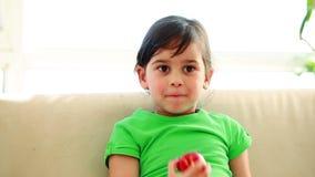 Glimlachend kind die een appel eten stock footage