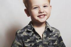 Glimlachend kind. grappig weinig jongen. close-up. vreugde. 4 oude eyers. militair overhemd royalty-vrije stock foto's