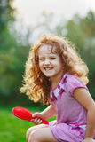 Glimlachend kindmeisje die haar haar borstelen Stock Fotografie
