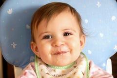 Glimlachend leuk babymeisje dat graangewas eet Royalty-vrije Stock Fotografie