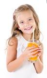 Glimlachend leuk geïsoleerd meisje met glas sap Royalty-vrije Stock Foto's