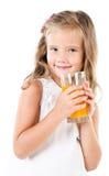 Glimlachend leuk geïsoleerd meisje met glas sap Stock Afbeelding