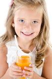 Glimlachend leuk geïsoleerd meisje met glas sap Stock Fotografie