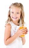 Glimlachend leuk geïsoleerd meisje met glas sap Royalty-vrije Stock Foto