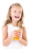 Glimlachend leuk geïsoleerd meisje met glas sap Royalty-vrije Stock Fotografie